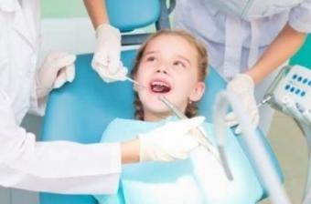 vizita la medicul dentist pentru copilul tau